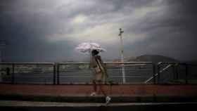 Una mujer camina por el paseo marítimo de A Coruña. EFE/Cabalar.