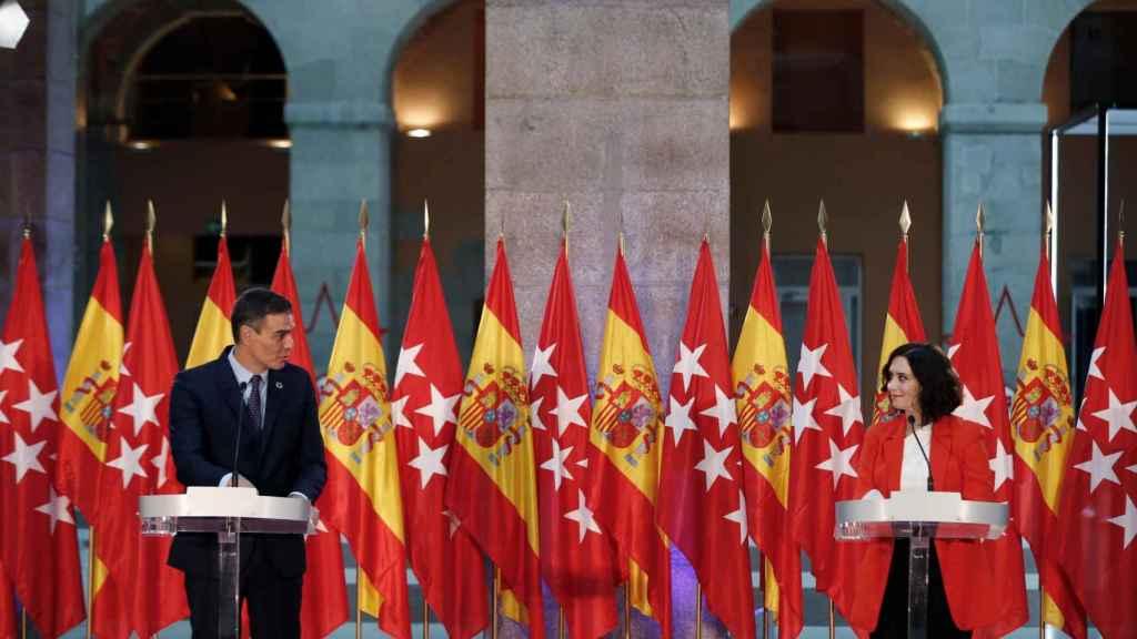 Pedro Sánchez, junto a Isabel Díaz Ayuso, en el Palacio de Correos de la Puerta del Sol.