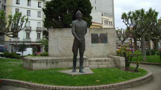 Estatua en recuerdo de José Millán-Astray, fundador de La Legión, antes de ser retirada de la plaza homónima en La Coruña.