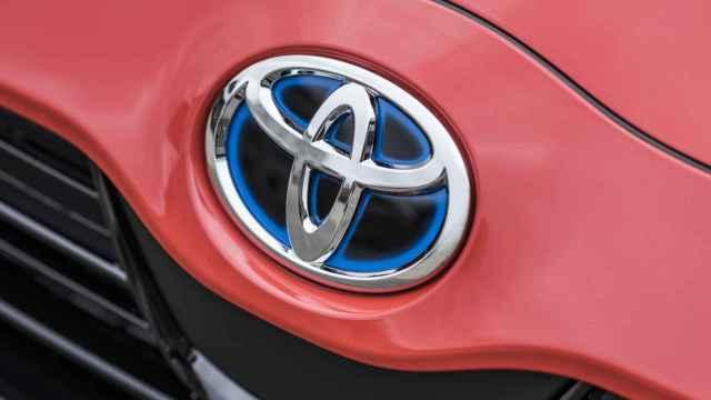 Logotipo de Toyota en un vehículo.