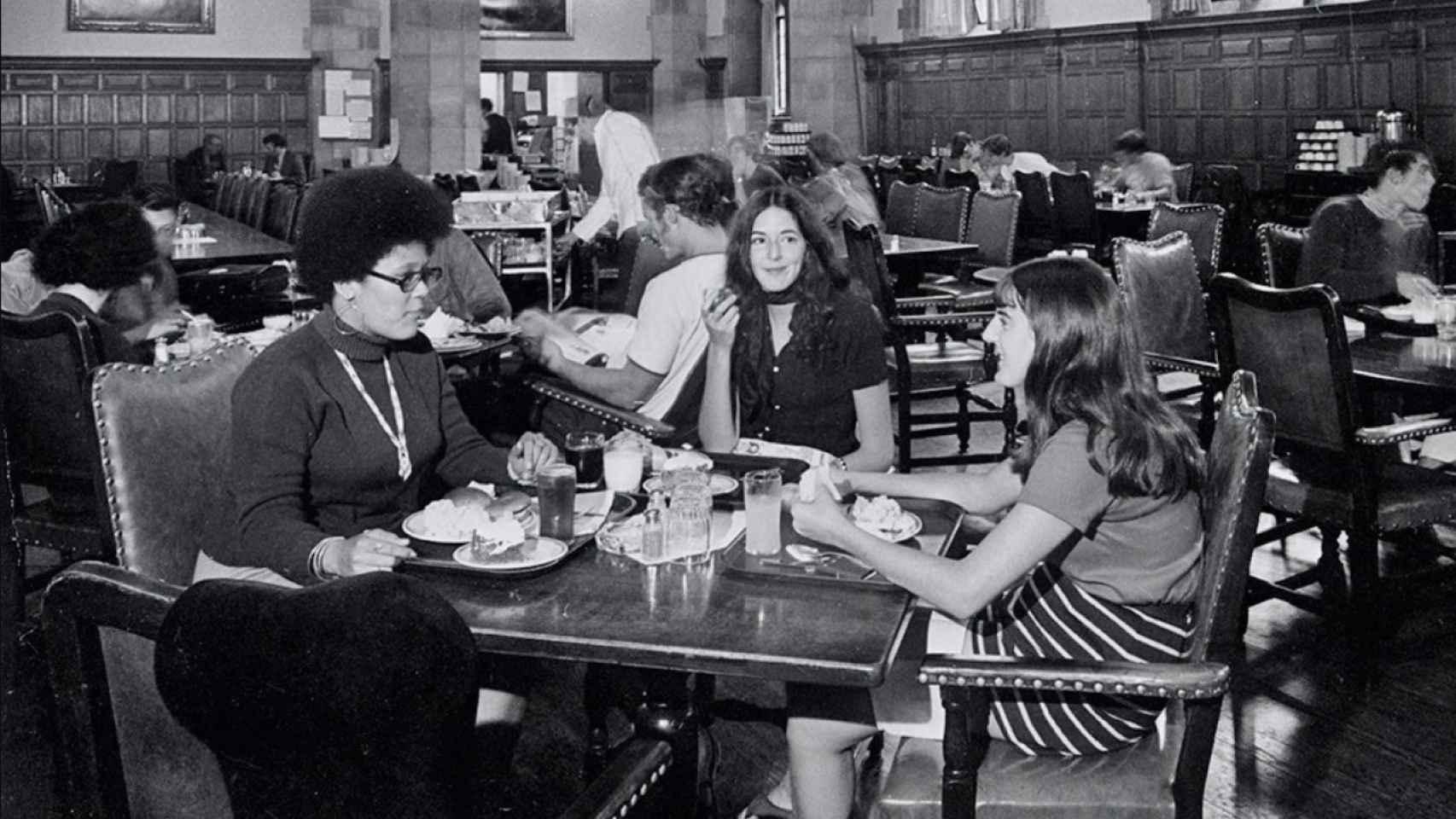 Un grupo de mujeres comiendo en el Berkeley College de Yale en la década de los 70.