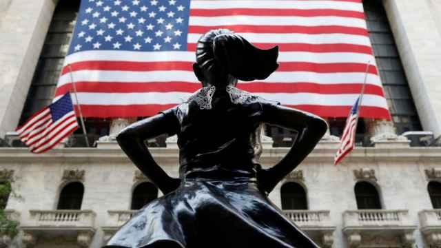 Monumento de una niña frente a la fachada de la Bolsa de Nueva York.