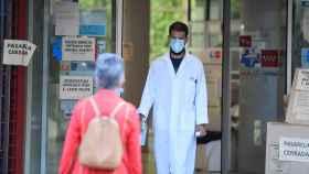 Un paciente entra a un centro sanitario de Madrid.