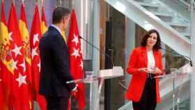 Isabel Díaz Ayuso junto a Pedro Sánchez este lunes en la sede de la Comunidad de Madrid.