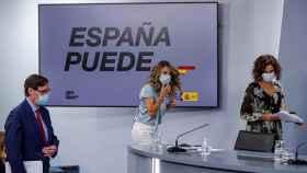 Salvador Illa, Yolanda Díaz y María Jesús Montero, en la sala de prensa de Moncloa.