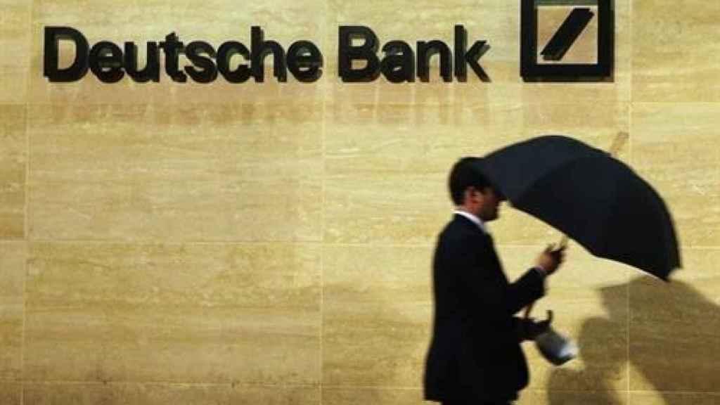 Un ejecutivo pasando por las oficinas de Deutsche Bank.