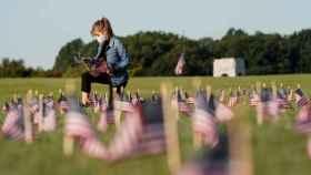 Banderas americanas representando las 200.000 muertes ocasionadas por el coronavirus en el país.