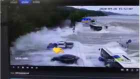 Un Tesla soporta el impacto de una ola en Hangzhou, China