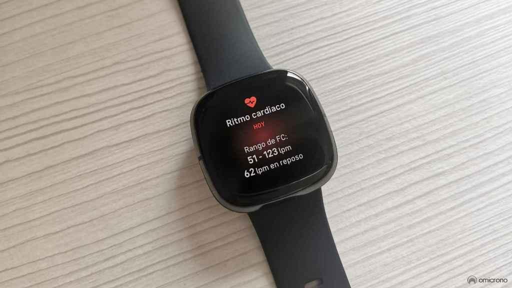 Fitbit Sense midiendo el ritmo cardíaco.