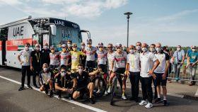 El equipo UAE Team Emirates celebra con Pogacar el triunfo en el Tour