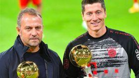 Flick y Lewandowski con los premios de mejor entrenador y mejor jugador de la Bundesliga