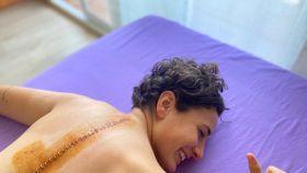 Ana Carrasco enseña su herida en la espalda