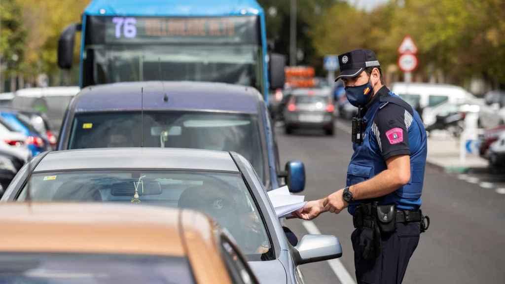 En la imagen, agentes de la Policía municipal, en tareas de control en el Barrio de Orcasur, en Madrid.