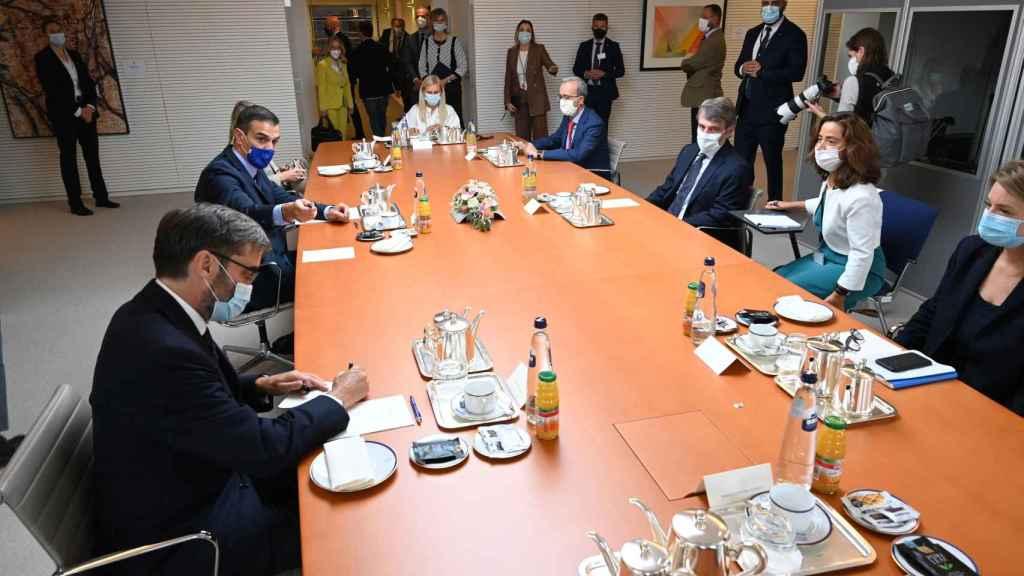 Pedro Sánchez, frente a David Sassoli, presidente del Parlamento Europeo, al inicio de la reunión con sus equipos.
