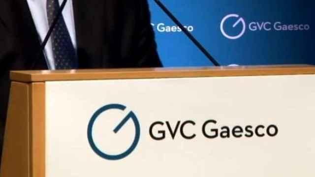 Detalle de un atril en una conferencia de GVC Gaesco.