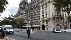 Agentes de la Gendarmeria acordonan los alrededores de la Torre Eiffel.
