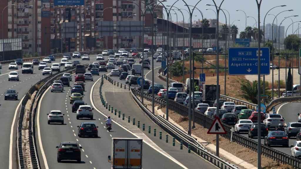 Algunos coches circulando por el carril izquierdo en Málaga.