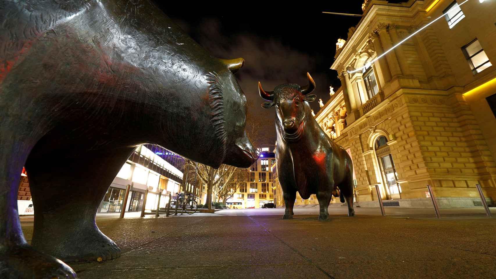 Monumento al oso y al toro frente a la Bolsa de Fráncfort.