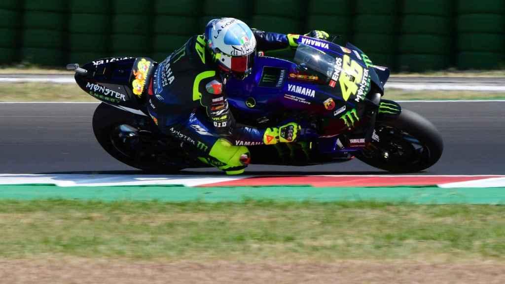 Valentino Rossi traza un viraje con su YZR-M1, en el circuito de Misano.
