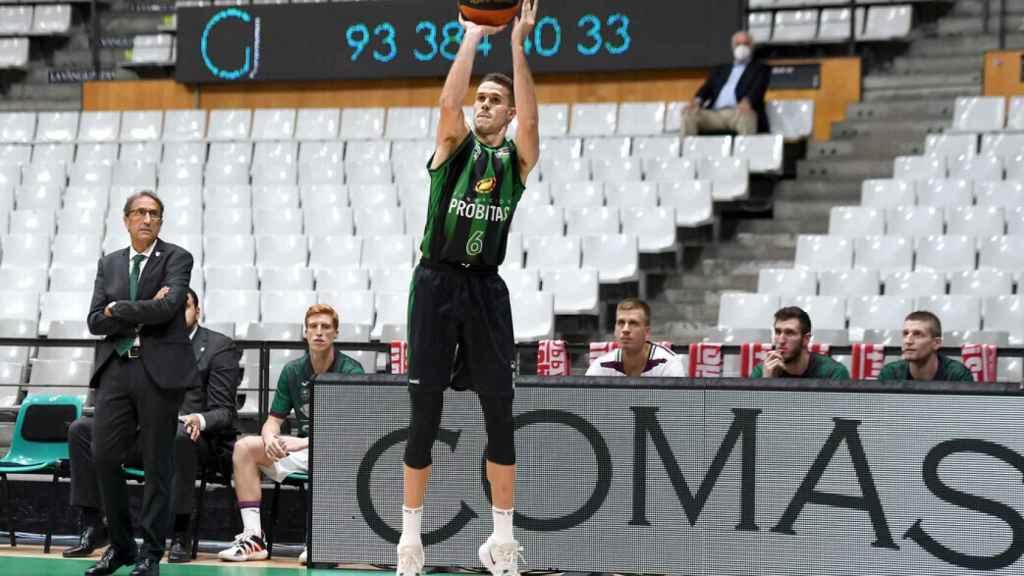López-Arostegui lanzando a canasta durante un partido del Joventut