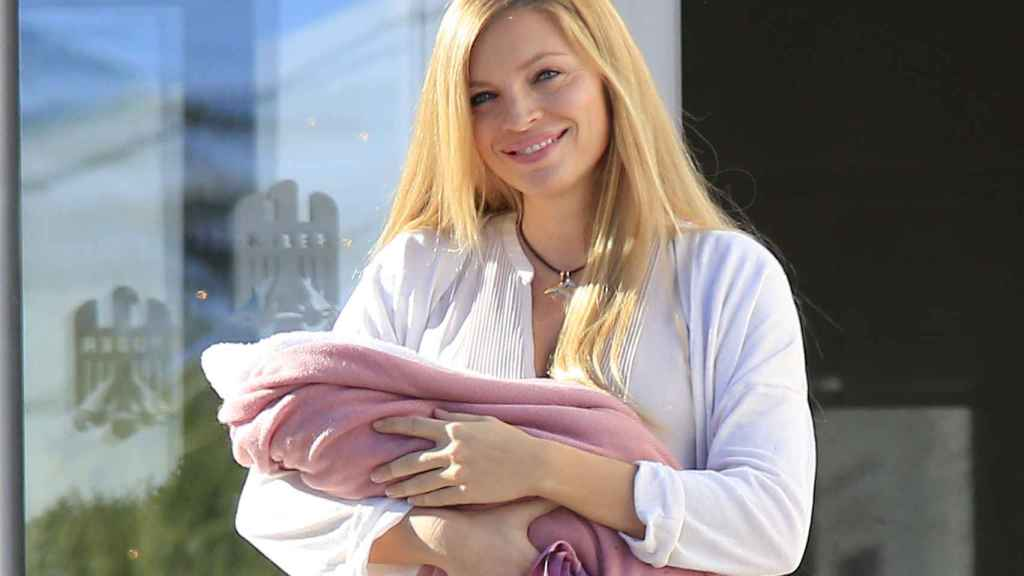 Esther Cañadas decidió retirarse de la vida púbica tras ser madre.