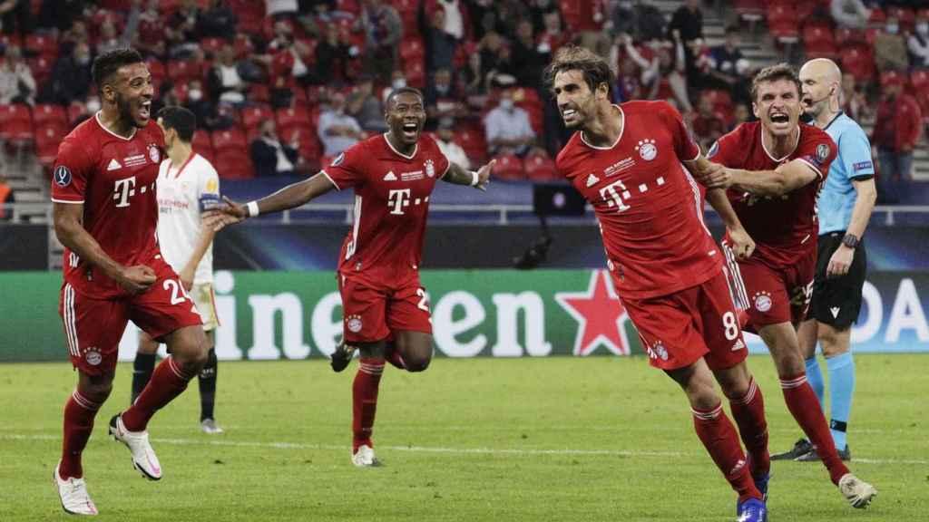 Javi Martínez celebra su gol con el Bayern