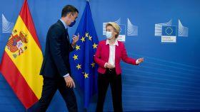 Ursula von der Leyen indica el camino a Pedro Sánchez, durante una reunión en Bruselas