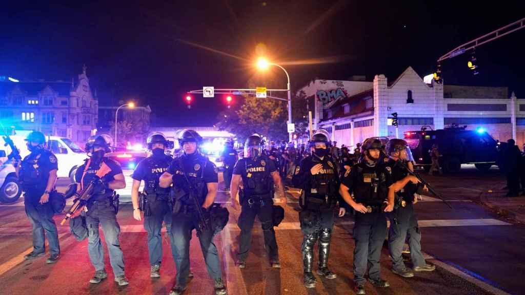 el fuerte dispositivo policial en Louisville.