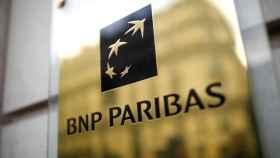 Logo de BNP Paribas en una sede de París.
