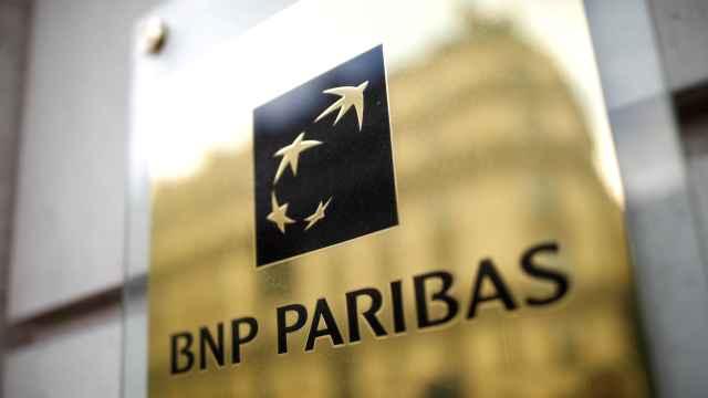 Una placa a la entrada de una sucursal de BNP Paribas.