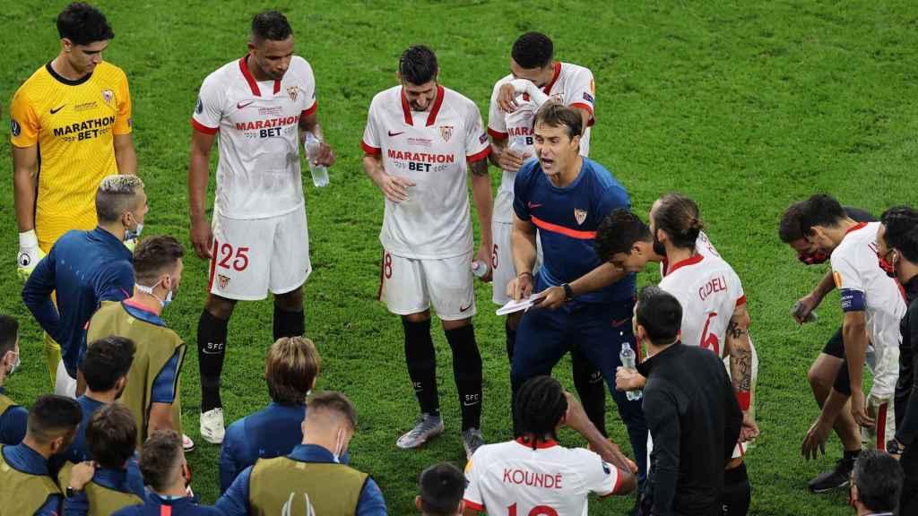 Lopetegui dando órdenes tácticas al Sevilla