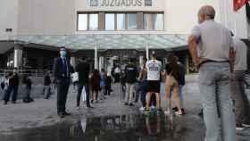 Varios ciudadanos hacen cola para acceder a los Juzgados de Plaza de Castilla