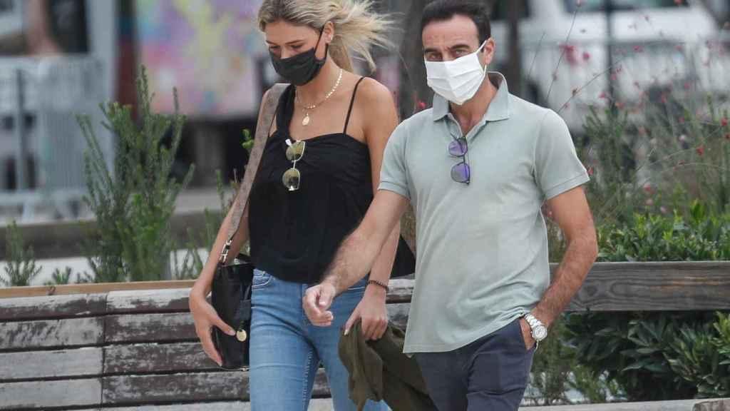 Ana Soria y Enrique Ponce caminando por las calles de Nimes (Francia).