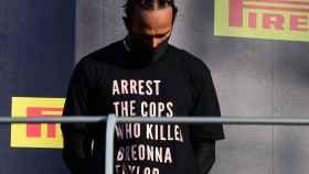 Lewis Hamilton en el podio de Mugello con una camiseta reivindicativa
