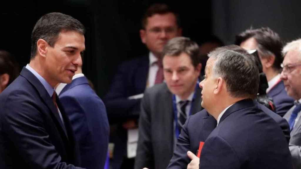 Viktor Orbán, primer ministro de Hungría, saluda a Pedro Sánchez, presidente del Gobierno de España, en un Consejo Europeo.