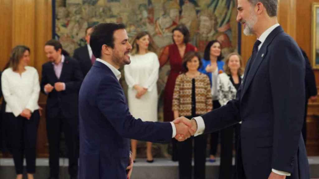 El ministro de Consumo, Alberto Garzón, y el rey Felipe VI.
