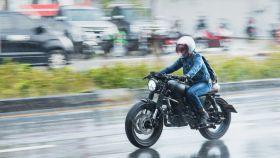 Los mejores accesorios para moto para los días lluviosos y fríos