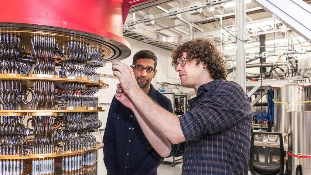 Sundar Pichai, CEO de Google, y Daniel Sank junto al ordenador cuántico de la compañía.