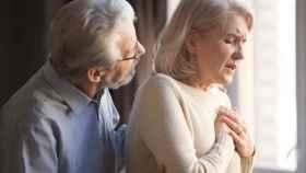 Una mujer mayor sufre un ataque al corazón.