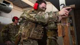 M18 en manos de un marine de Estados Unidos