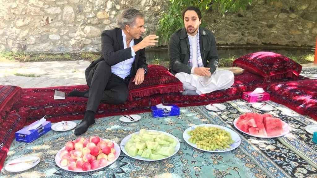 Bernard-Henri Lévy junto a Amhad Masud.