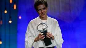 La debutante Dea Kulumbegashvili recibe la Concha de Oro en el Festival de San Sebastián.