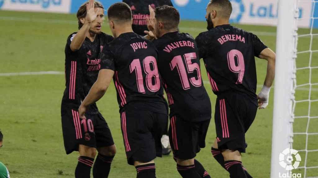 El Real Madrid celebra el gol en propia del Betis