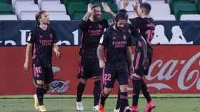 Sergio Ramos celebra con los jugadores del Real Madrid su gol de penalti al Real Betis