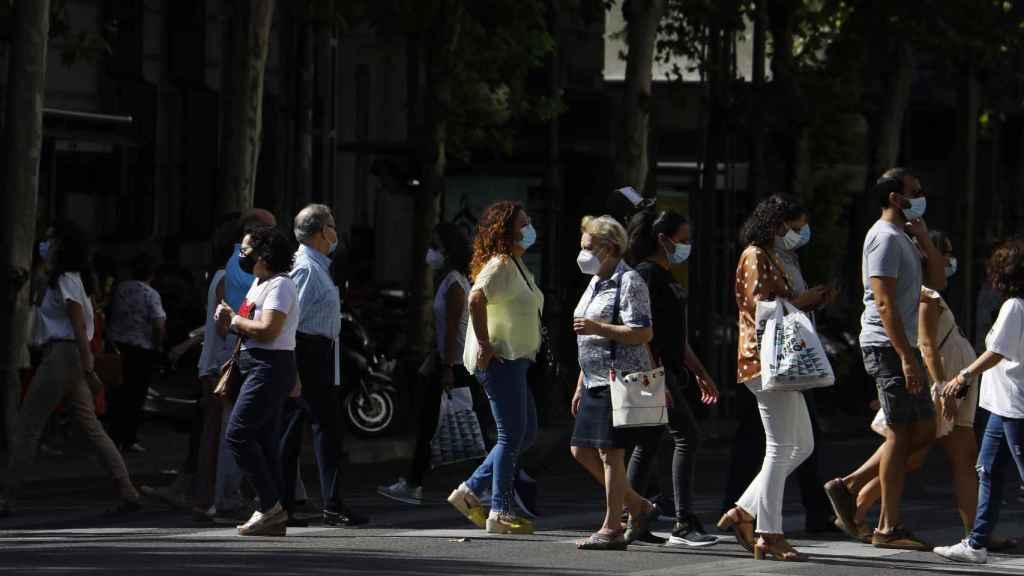 Personas con mascarilla caminan por una calle de Córdoba.