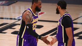 LeBron James y Anthony Davies celebran una canasta con los Lakers