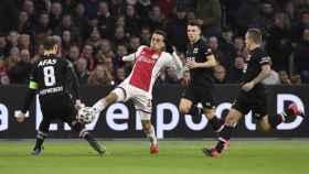 Sergiño Dest peleando un balón durante un partido del Ajax