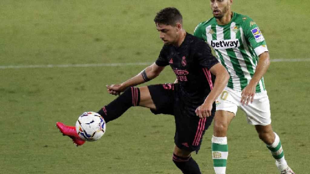 Fede Valverde defiende un balón durante el duelo ante el Betis