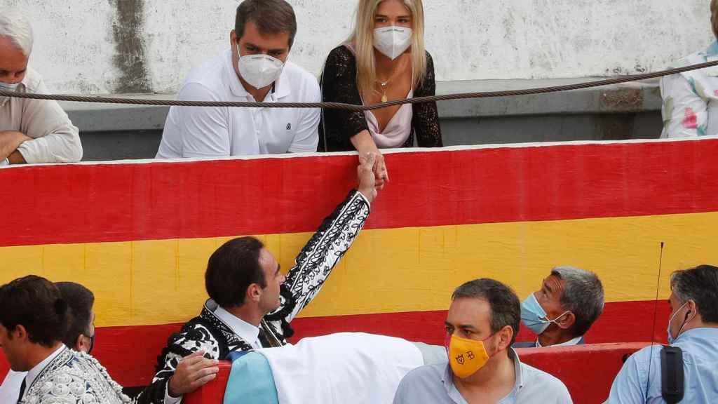 Enrique Ponce dedica un gesto de cariño a su novia antes de entrar al ruedo.