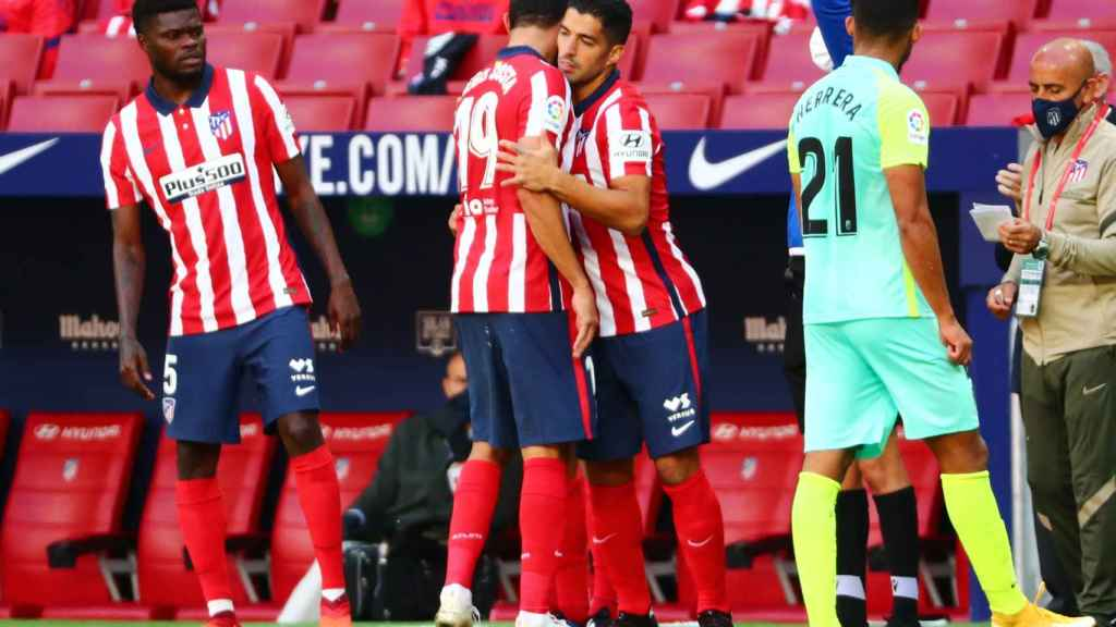Luis Suárez entra por Diego Costa, durante el Atlético de Madrid - Granada de La Liga